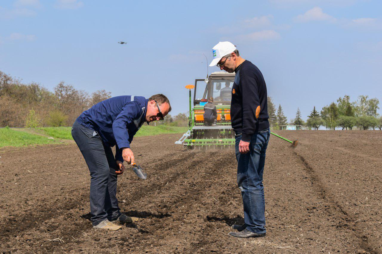 """Асоціація """"Дунайська Соя"""" разом із агропромхолдингом """"Астарта-Київ"""" висіяли понад 60 не ГМ-сортів сої для майбутнього дня поля"""